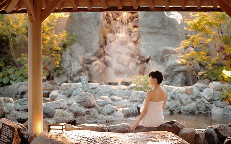 神戸みなと温泉 蓮の露天風呂に座っている女性