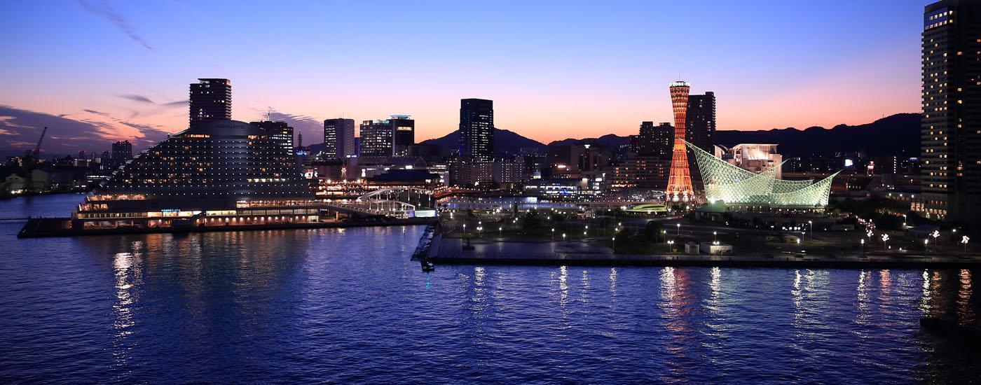 ソファーと神戸港の夜景