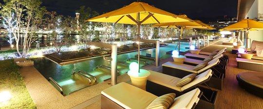 屋外温水プール夜間イメージ
