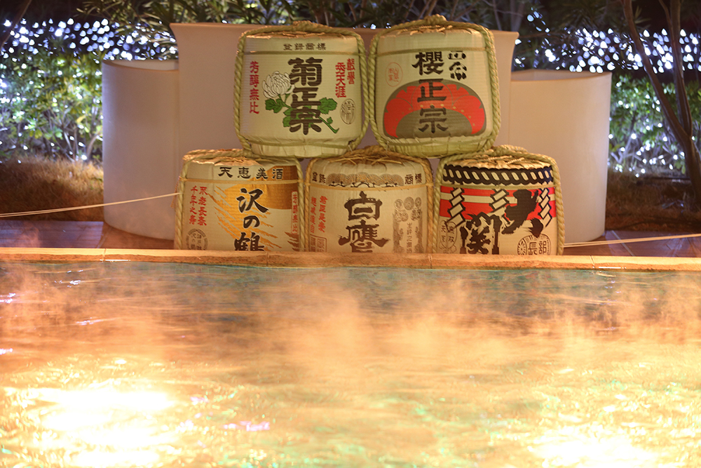 露天風呂のように楽しめる温水プール
