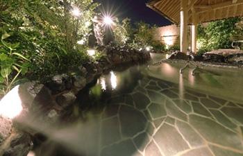 足湯から続き、露天大浴場の広がりが目の前に飛び込んでくる長湯