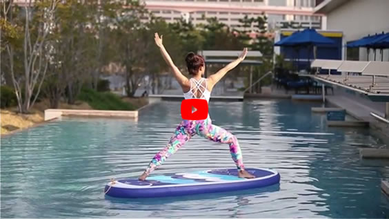 水上で行うSUPヨガ